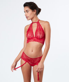 Shorty dentelle, porte-jarretelles rouge.