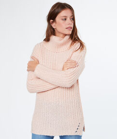 Pull large col roulé rose poudre.