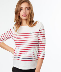 T-shirt col rond rouge.