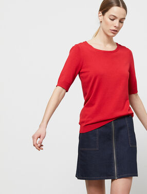 Pull manches courtes col rond rouge.