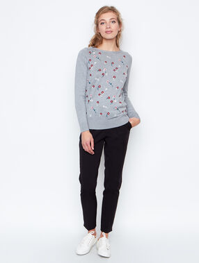 Pull manches longues brodé gris.