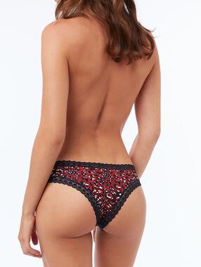 Tanga à motifs bords dentelle rouge.