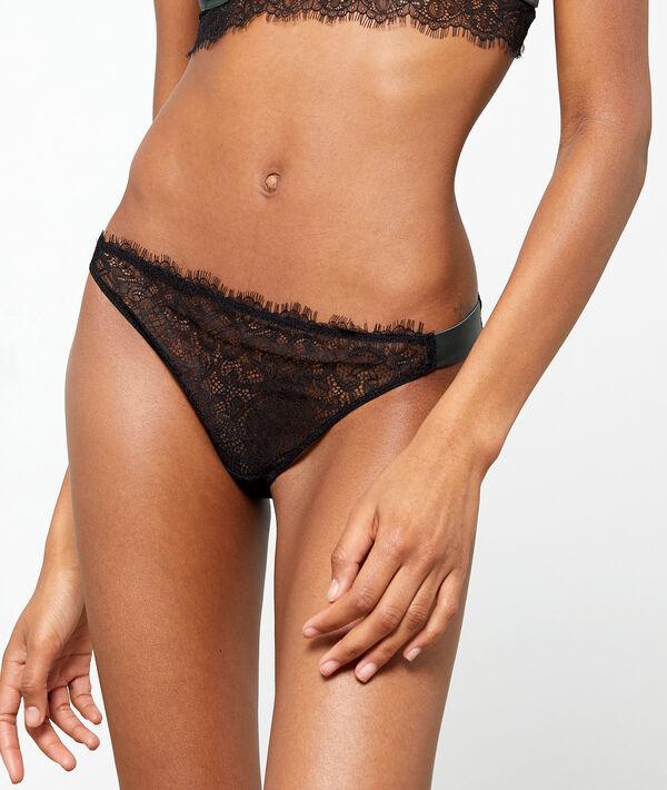 Culotte bikini en dentelle, détails satinés
