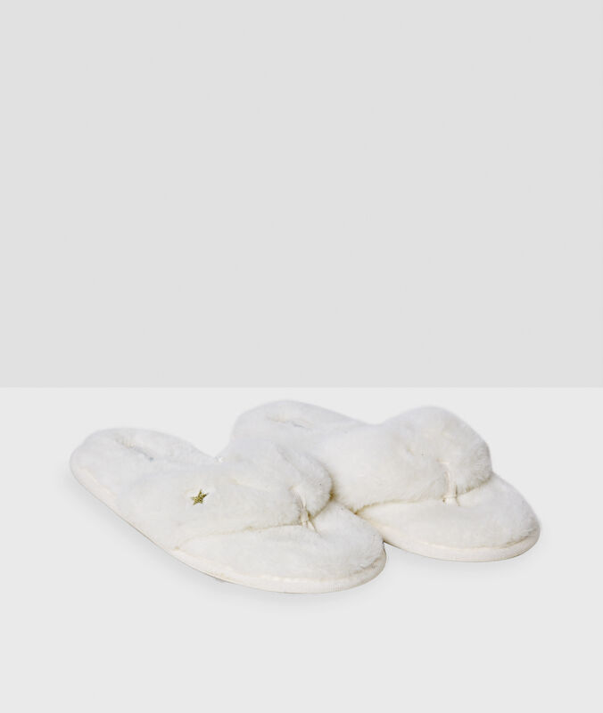Chaussons ouverts blanc.