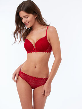 Culotte en dentelle rouge.