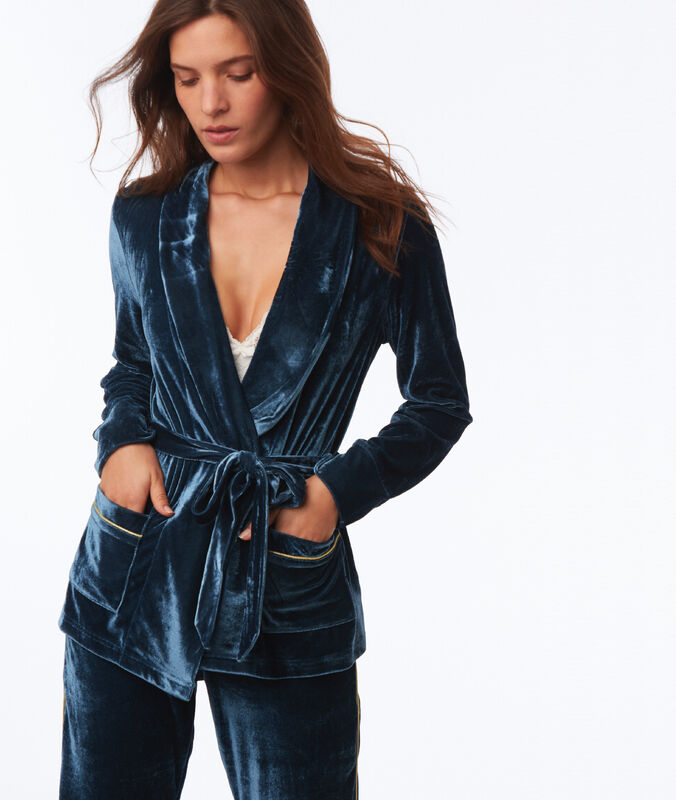 Veste de pyjama en velours bleu.