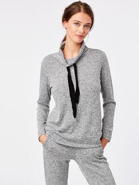 Pull homewear col roulé gris.