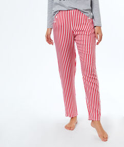 Pantalon rayé rouge.
