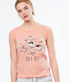 T-shirt à message rose.
