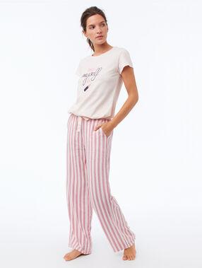 Pantalon évasé rose.