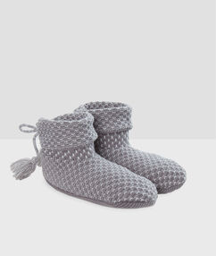 Chaussons bottines gris.