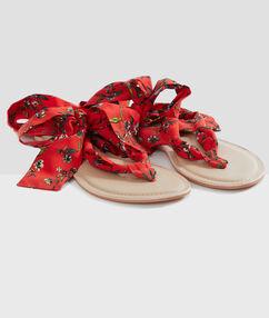 Sandales de plage à rubans rouge.