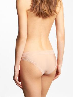 Culotte micro et dentelle, effet seconde peau nude.