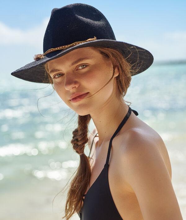 Chapeau de plage, détail bijoux