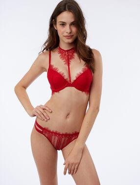 Culotte ajourée rouge.