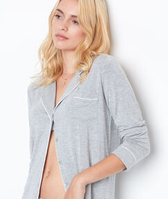 Chemise de pyjama gris clair.