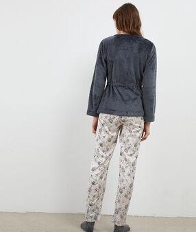 Pyjama trois pièces gris.
