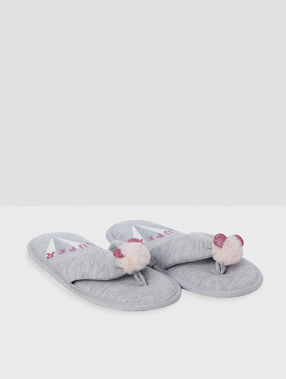 Chaussons tongs pompons gris.