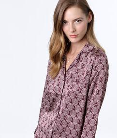 Chemise de pyjama imprimée bordeaux.