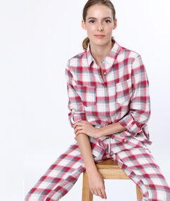 Chemise de pyjama à carreaux rouge.