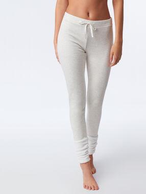 Pantalon avec détails fausse fourrure beige.