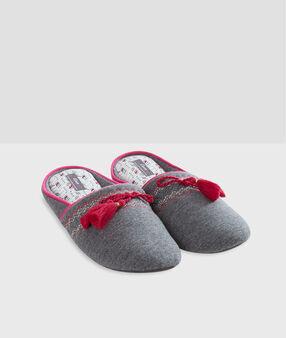 Chaussons à pompons gris.