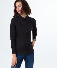 Chemise simple en coton noir.