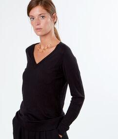 Pull dos en dentelle avec noeud noir.