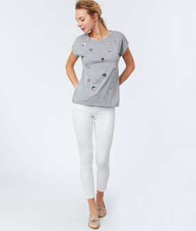 T-shirt col rond gris clair.