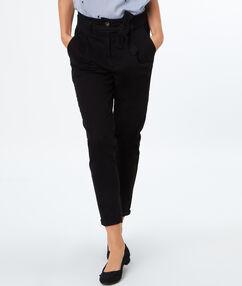Pantalon carotte en coton noir.