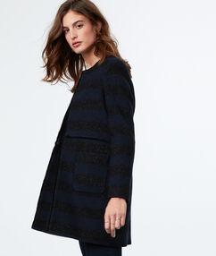 Manteau 3/4 à rayures bleu marine.