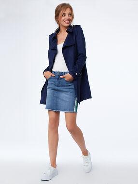 Jupe courte en jean bleu délavé moyen.