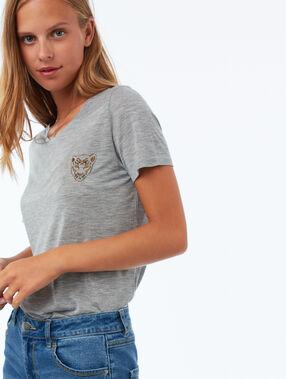 T shirt avec broderie gris chiné clair.