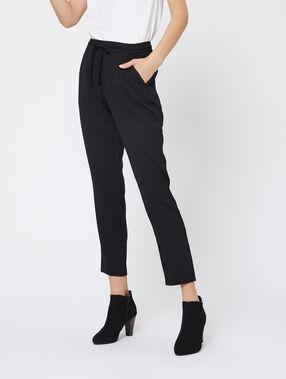 Pantalon carotte ceinturé noir.