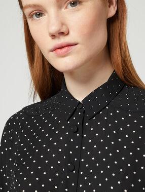 Chemise à pois noir.
