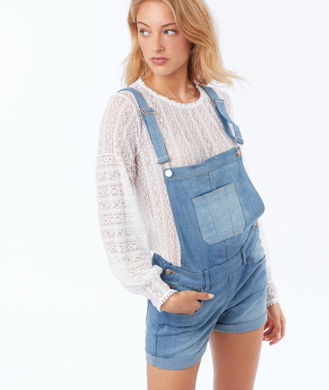 Salopette short en jean bleu délavé moyen.