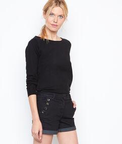 Short en jean boutonné noir.