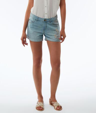 Short en jean bleu délavé clair.