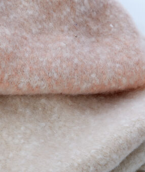 Écharpe bicolore rose pale.