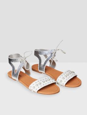Sandales plates à perles écru.