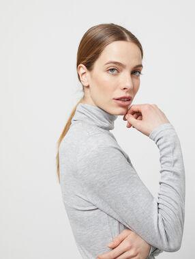 T-shirt à manches longues col roulé gris chine clair.