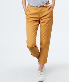 Pantalon carotte ceinturé ocre.