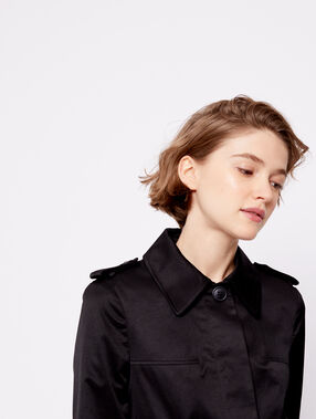 Veste courte boutonnée noir.