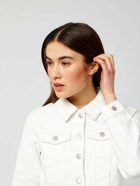 Veste courte en jean blanc.