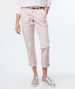 Pantalon carotte avec ceinture écru.