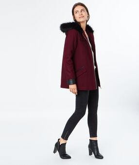 Manteau en laine à capuche en fausse fourrure bordeaux.