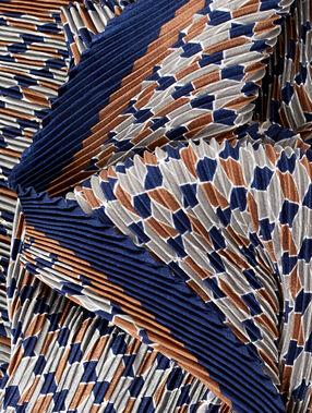 Foulard plissé imprimé marine.