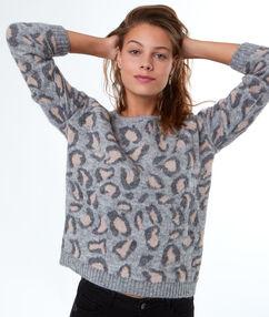 Pull léopard à base de mohair gris.