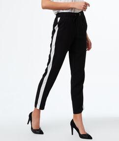 Pantalon carotte avec ceinture noir.