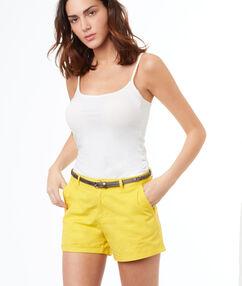 Short avec ceinture jaune.